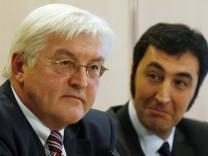SPD-Fraktionschef Frank-Walter Steinmeier ( l.) und der Bundesvorsitzende von Bündnis 90/Die Gruenen, Cem Oezdemir
