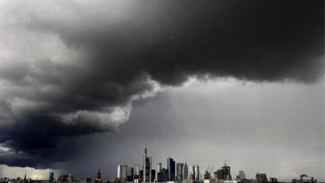 Dunkle Wolken ueber der Skyline von Frankfurt am Main