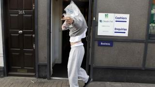 Einen Mittelfinger für den Fotografen: Ein junger Mann verlässt ein Londoner Gericht, vor dem er sich wegen der Unruhen verantworten musste.