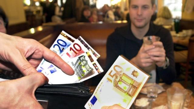 Gäste zahlen in Restaurant