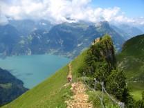 Blick ins Blaue - Gratwanderweg Stoos bietet ein Dauerpanorama