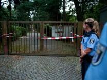 Zwei verdächtige Tüten entdeckt - Polizei sucht Friedhof ab