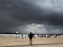 Dunkle Herbstwolken an der Ostsee