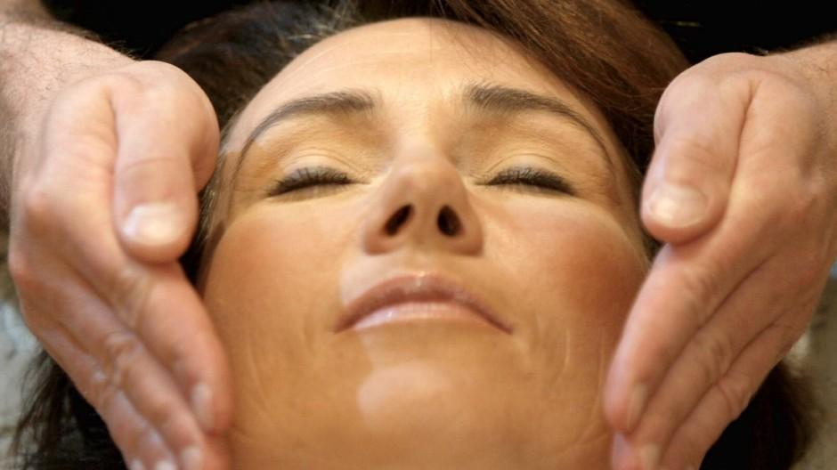 Themendienst Gesundheit: Mit Aromamassagen Haut und Geruchssinn verwoehnen