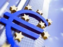 EZB mit Euro-Skulptur