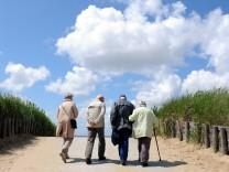 Senioren auf dem Weg zum Strand
