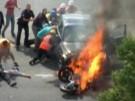 Passanten retten Motorradfahrer nach Unfall (Vorschaubild)