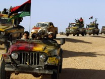 Anti-Gaddafi fighters advance south-west of Sirte