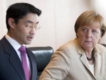 Bundeskanzlerin Angela Merkel (CDU) neben Vizekanzler und Wirtschaftsminister Philipp Rösler (FDP)