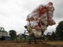 Überladene Rikscha mit Plastikbällen in Indien