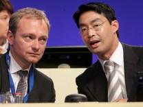 FDP-Chef und Vizekanzler Philipp Rösler (r) mit Generalsekretär Christian Lindner