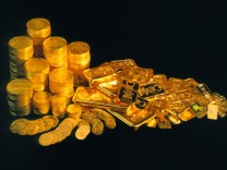 Goldmünzen und Goldbarren