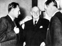 Günther Quandt (Mitte) mit seinen Söhnen Harlad (li.) und Herbert (re.),