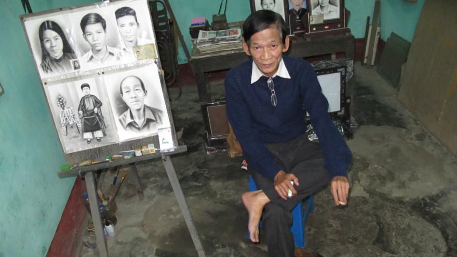Totenmaler in Vietnam: Meister Huu Vinh Tran hat eigentlich keine Zeit zu reden. Aber dann erklärt er doch noch, was er in seiner lindgrünen Atelier-Garage in Hue so macht.