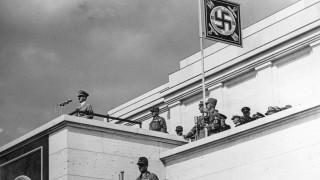 Adolf Hitler bei einer Rede auf der Haupttribüne des Reichsparteitagsgeländes im Jahre 1937