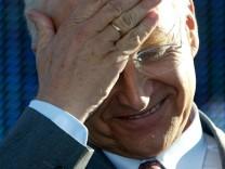Edmund Stoiber wischt sich über die Stirn, 2002