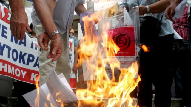 Demostrators burn their tax statement