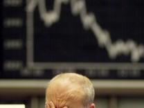 Ein Börsianer reibt sich nach DAX-Einbruch die Augen