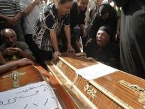 Trauer bei Kairos Kopten: Zug mit den Särge der Christen, die bei dem Gewaltexzess ums Leben kamen.