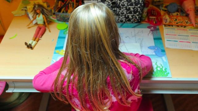 Mädchen am Schreibtisch