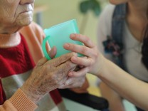 Gegen die Hilflosigkeit: Kurse für pflegende Angehörige