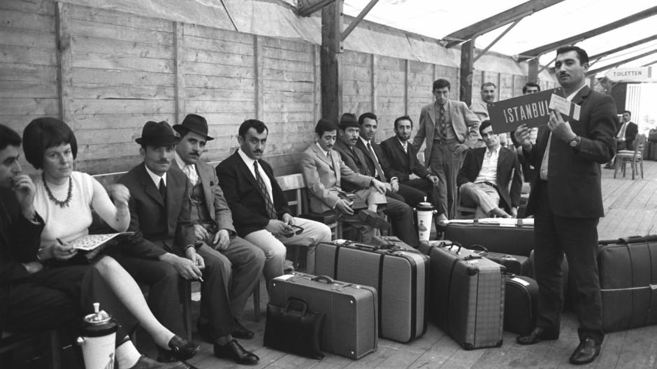 Türkische Gastarbeiter auf dem Düsseldorfer Flughafen