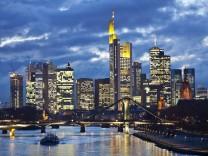 Abendliche Skyline der Bankentürme in Franfurt.