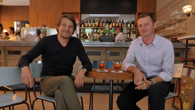"""Albrecht Weinzierl und Rudi Kull in der """"Bar Gironale"""" in München, 2011"""
