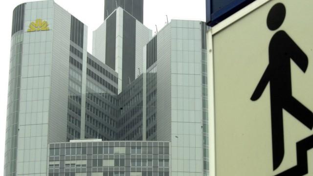 Zentrale der Commerzbank neben Hinweisschild zur U-Bahn