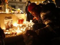 Ein Mann entzündet eine Kerze an einer Mahnwache für das Todesopfer beim Lager der Occupy-Bewegung in Oakland