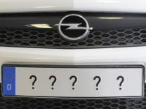 Opel mit Fragezeichen auf dem Nummernschild
