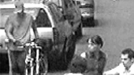 Polizei sucht mit Fotos nach mutmaßlichem Bombenleger