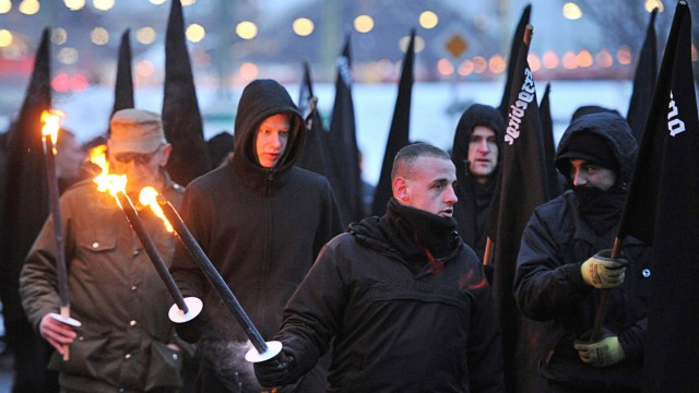 Neonazis bei einer Demonstration in Dresden Anfang 2011.