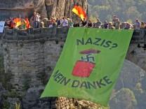 Transparent gegen Nazis an der Basteibrücke