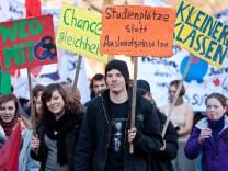 Bayerische Schueler und Studenten gehen fuer Bildung auf die Strasse