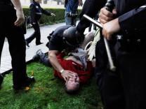 Beamte des Los Angeles Police Department (LAPD) überwältigen einen Occupy-Demonstranten