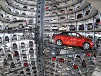 Autos im Autoturm der Volkswagen Autostadt