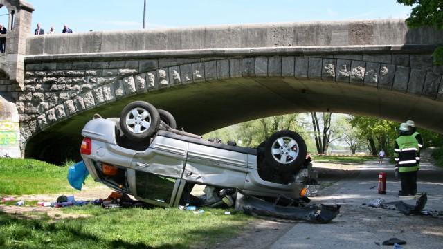 Auto stürzt auf Fahrradweg, 2009
