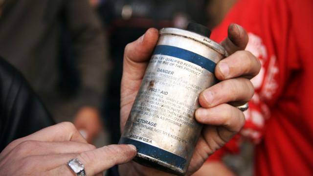 """""""Made in USA"""" : Demonstrant in Kairo zeigt eine von den ägyptischen Sicherheitskräften abgefeuerten Gas-Granate."""