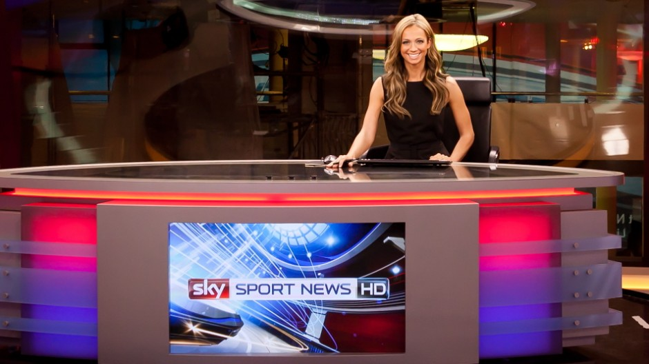 Kate Abdo am Moderatorentisch.