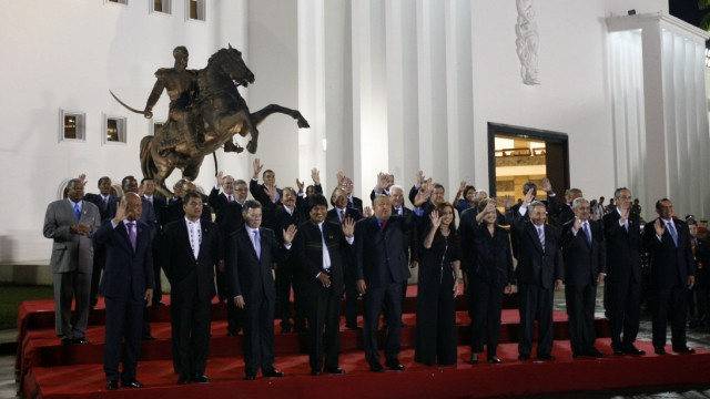 Leaders pose for a family photo during the CELAC summit in Caracas