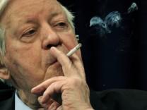 Anzeige gegen ARD wegen Helmut Schmidts Qualmerei