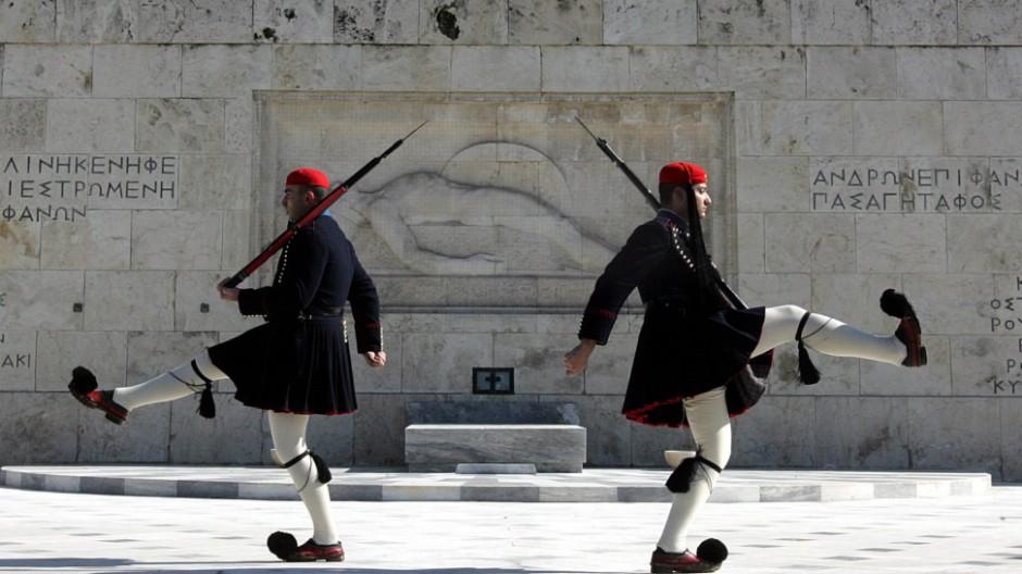 Soldaten der griechischen Präsidentengarte vor dem Parlamentsgebäude in Athen.