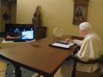 Papst bringt Weihnachtsbaum mit Tablet-PC zum Leuchten