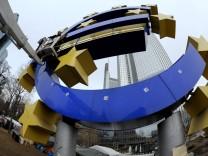 Wartungsarbeiten an der Euroskulptur