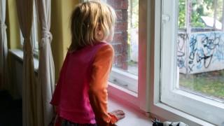 Debatte um neue 'Unterschicht' - Kind am Fenster