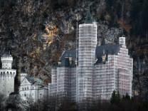 Schloss Neuschwanstein hinter Baugerüsten