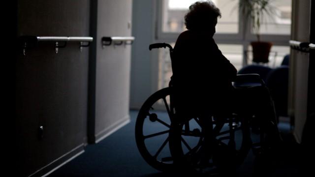 Alltagsbegleiterin kuemmert sich um Demenzkranke und deren Gefuehle