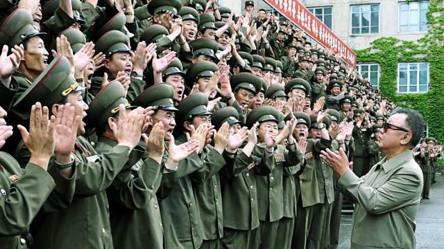 Kim Jong Il mit Militärs