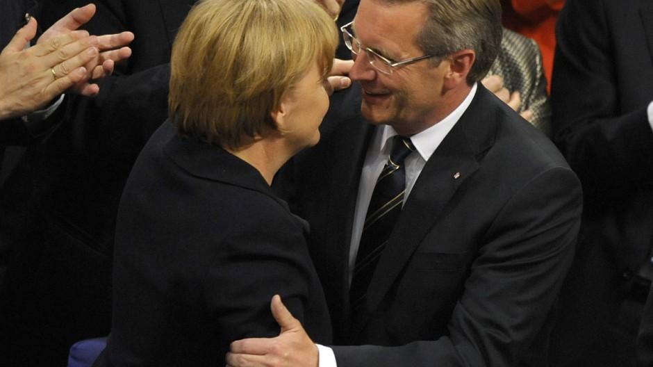 Die Kanzlerin und CDU-Chefin Merkel mit Wulff nach dessen Wahl zum Bundespräsidenten ham 30. Juni 2010